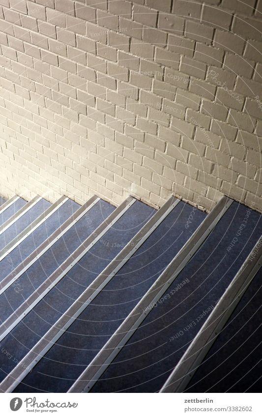 Treppe absatz abstieg abwärts aufstieg aufwärts haus mehrfamilienhaus menschenleer mietshaus stufe textfreiraum treppe treppenabsatz treppengeländer treppenhaus