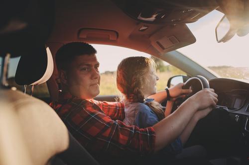 Vater bringt der Tochter das Autofahren bei, Familie reist in den Sommerferien Kind PKW Mädchen Zusammensein Glück Laufwerk Ausflug Fahrzeug Eltern Reise