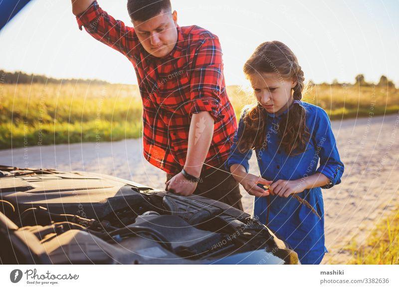 Vater und Tochter beheben Probleme mit dem Auto während der Sommerreise. Kind hilft Papa. PKW Familie Mädchen Mechaniker Reparatur Automobil Mann im Freien