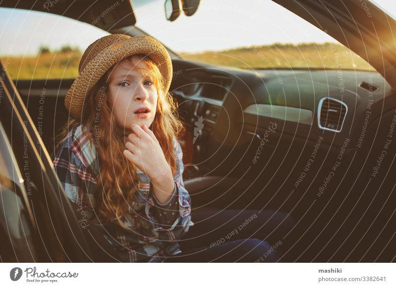 glückliches Kind Mädchen, das sich während der Sommerreise im Auto entspannt. Neue Orte erforschen, in den Sommerferien reisen. Natur im Freien Glück Straße PKW