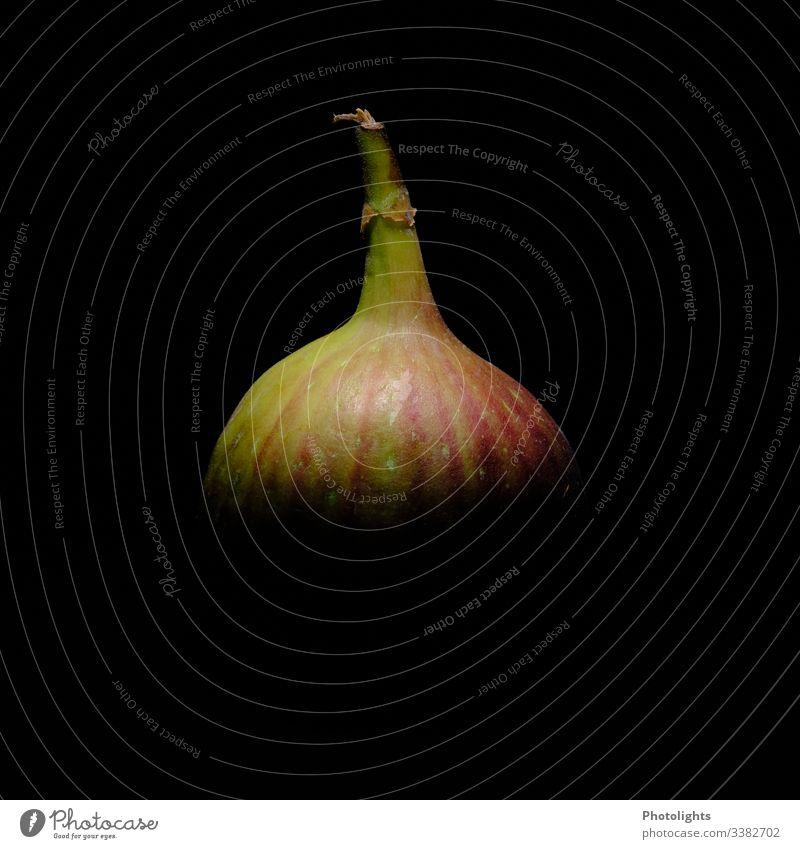 Feige mit schwarzem Hintergrund Stillleben Feinschmecker Gesundheit Lebensmittel süß reif Feigen Textfreiraum Farbe Textfreiraum unten Textfreiraum links