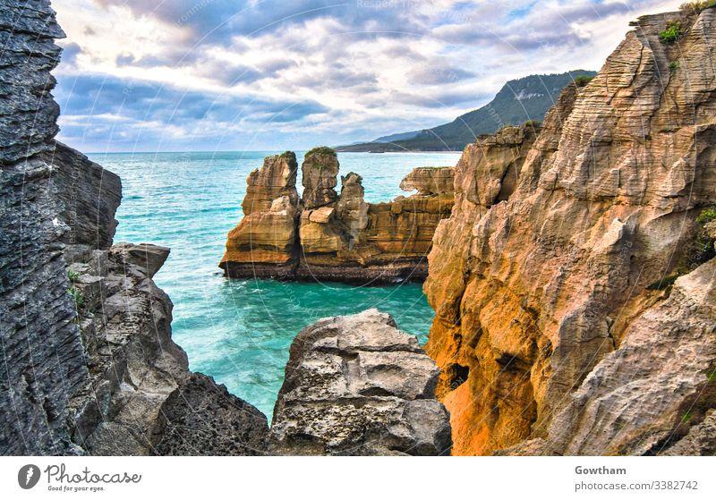 Pancake Rocks in der Nähe von Hokitika auf der Südinsel Neuseelands. schön Klippe Cloud wolkig Küste Küstenstreifen Farbe farbenfroh bunt Absturz