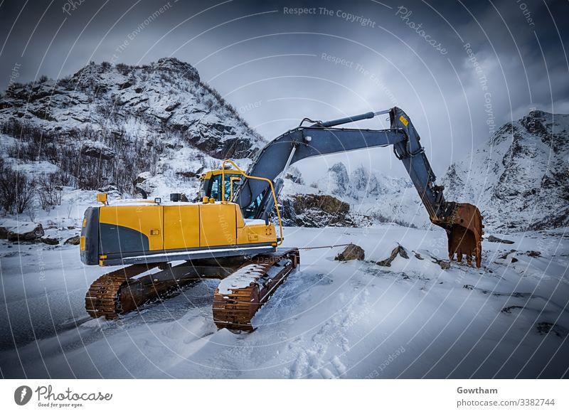 Alter Bagger im Winter Norwegen Norweger lofoten Landschaft Lofoten Inseln lofoten archipelago malerisch Nordland Skandinavien skandinavisch Baggerkabine Grunge