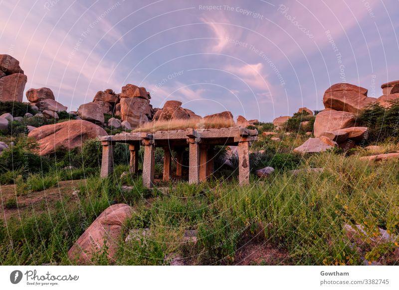 Antike Ruinen von Hampi bei Sonnenuntergang. Indien Hampi-Basar Karnataka antik Architektur Säulen Pavillon HDR HDRI Hochkultur Felsbrocken Felsblöcke