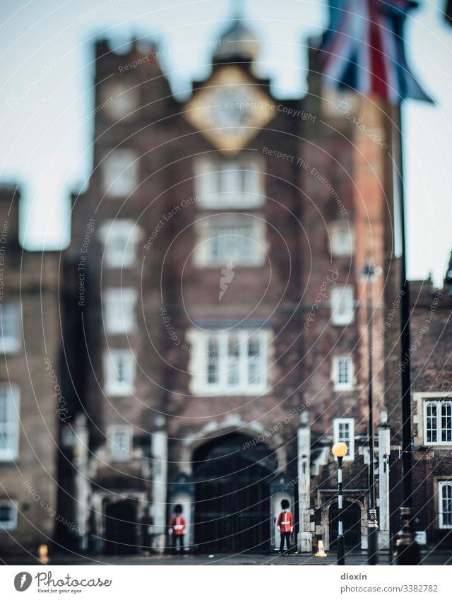 Die Grenadier-Garde des Buckingham-Palastes bewacht seine Nebengebäude in London Reise Reisefotografie Sehenswürdigkeit bewachen Tourismus Außenaufnahme