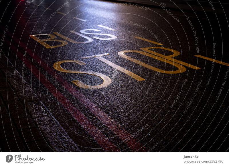 """""""Bus Stop""""-Markierung auf Straße Bushaltestelle Haltestelle Busfahren Berufsverkehr Öffentlicher Personennahverkehr ÖPNV Stopp Linksverkehr England Verkehr"""