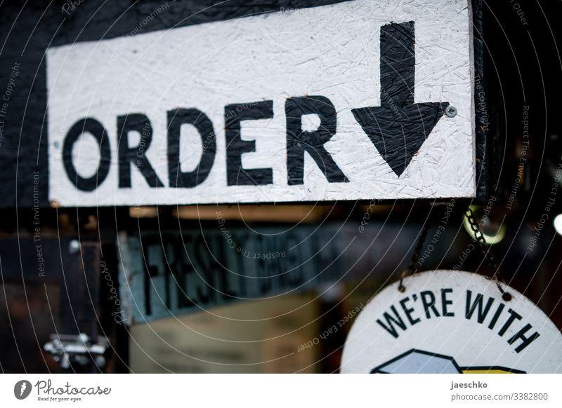 """Order""-Schild an Streetfood-Stand Bestellen Bestellung hier Restaurant Street Food Essensausgabe Counter Tresen Ausgabe Fast Food Fast Food Restaurant London"