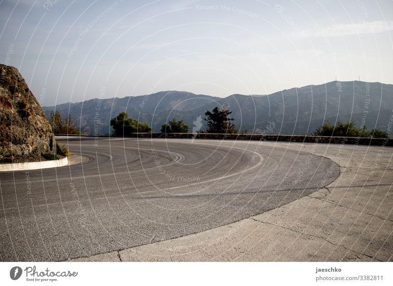 Kurve in den Bergen Straße Serpentinen Autofahren Pass leer Berge u. Gebirge Landschaft Ferien & Urlaub & Reisen Mittelmeerraum mediterran Verkehrswege