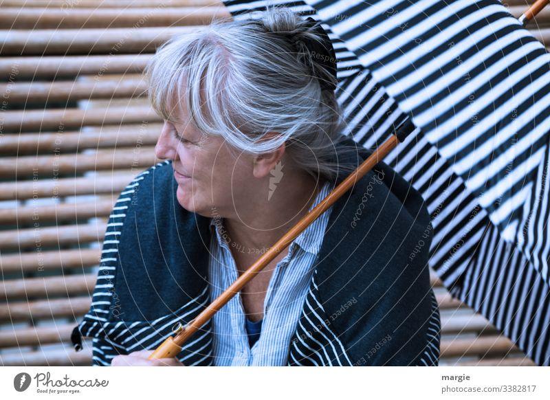 Lieblingsmensch |Danke dir! Streifen Sonnenschirm Bank Regenschirm Schirm Mutter oma grossmutter Mensch Frau Senior Erwachsene freundlich Chemnitz Frisur Haare