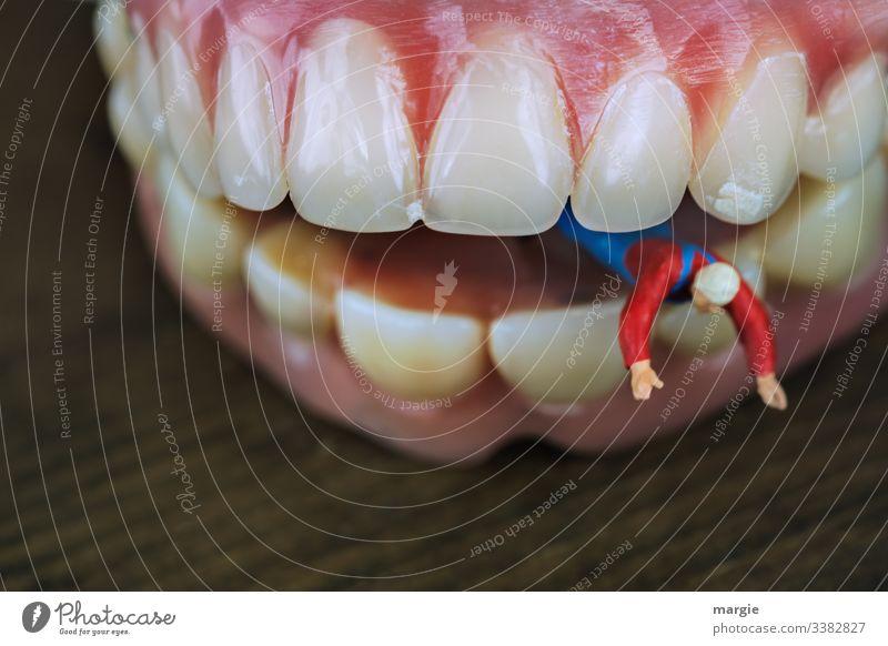 Bäh! | ...du hast Mundgeruch! Zähne Mensch Zahnfleisch mundgeruch Zahnpflege Zahnschmerzen Figur Nahaufnahme Makroaufnahme Gesundheitswesen Textfreiraum unten