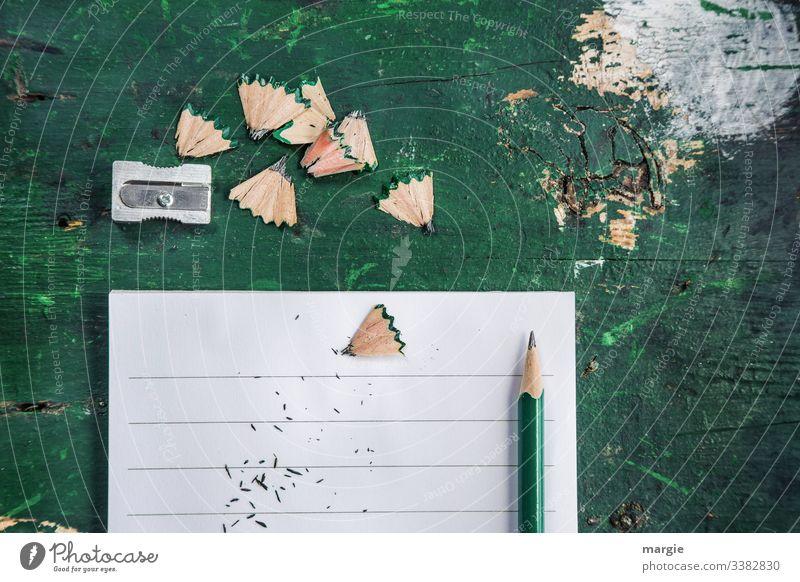 Chaos - Schreibtisch Ordnung Büro Arbeitsplatz Stift Bleistift Spitzer Zettel spitzen Linien grün Schreibwaren Papier Innenaufnahme Büroarbeit Schule Unordnung