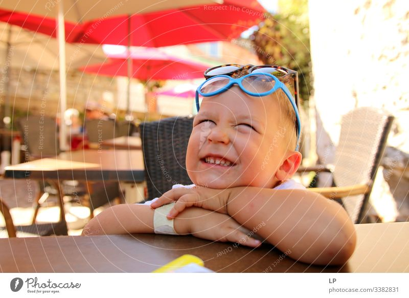 Glückliches Kind erhält gute Nachrichten Fröhlichkeit Kindheit Kinderspiel Kindheitserinnerung kindlich Kinderwunsch Kindheitstraum innovativ Inokenz Brille