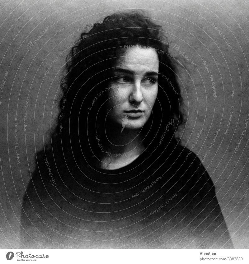Analoges Portrait einer jungen Frau mit abgelaufenem, fleckigem Film Schlank dunkelhaarig Stilrichtung Alte Meister körnung analoge fotografie 6x6 elegant schön