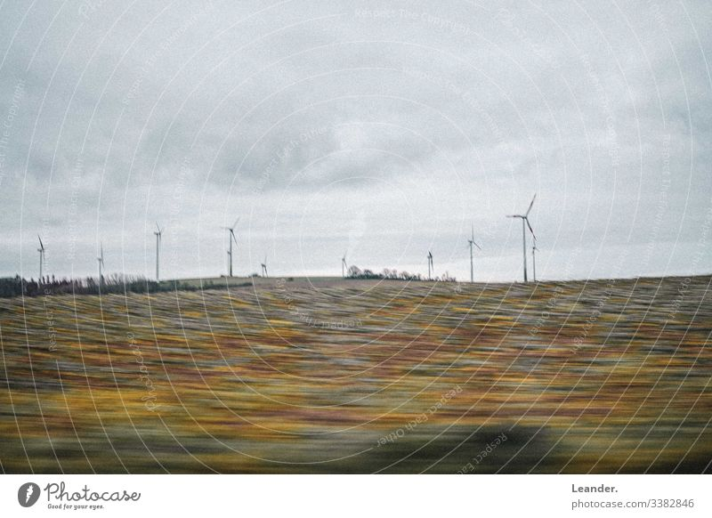 windräder Windrad Windkraftanlage Feld ökologisch ökostrom