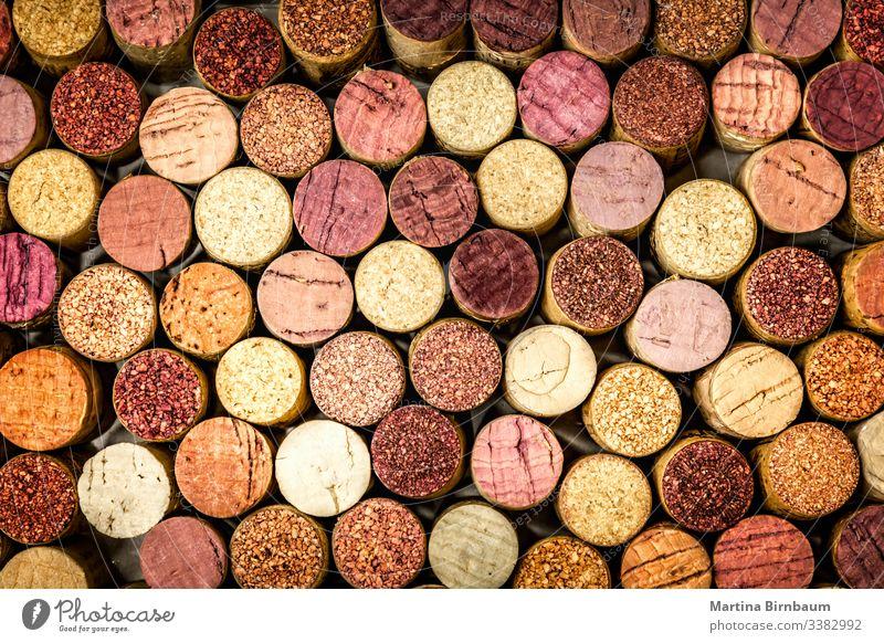 Vollständiger Rahmen aus Weinkorken Korken Stapel Cork altehrwürdig Hintergrund Nahaufnahme Textur Alkohol Weingut rot verwendet voller Rahmen Muster Wand