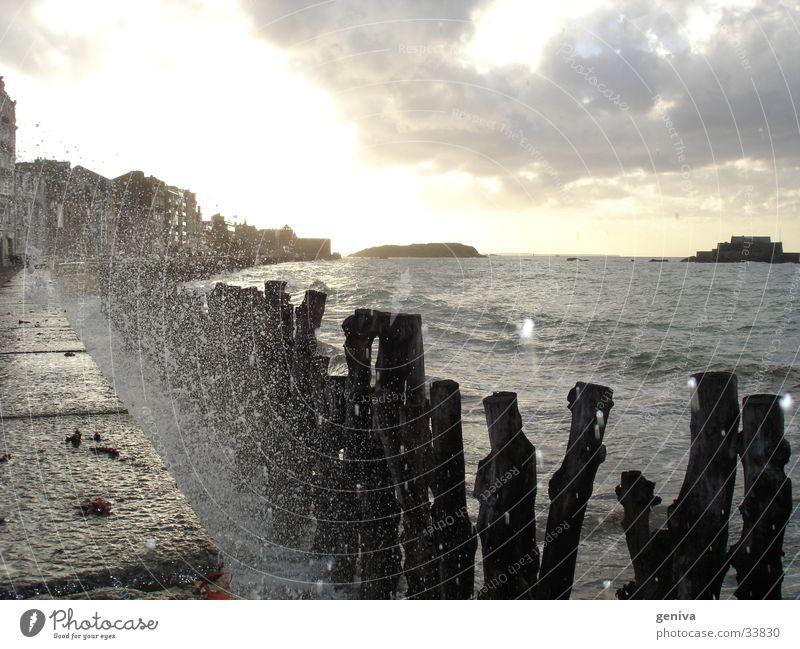 Wasser geht in die Luft Sonne Meer Bretagne Wellen Flut Staint-Malo