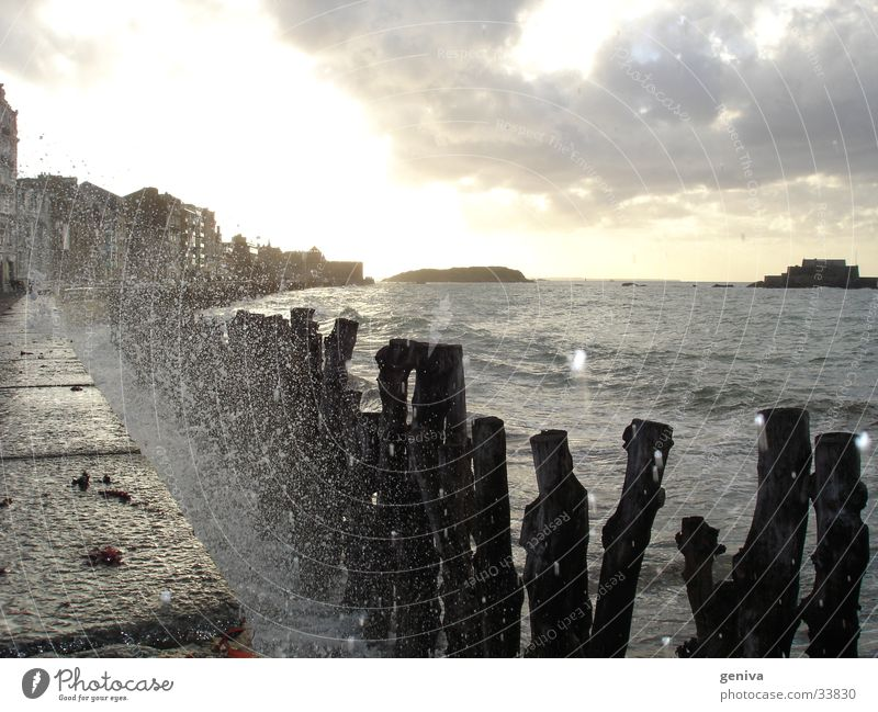 Wasser geht in die Luft Wasser Sonne Meer Bretagne Wellen Flut Staint-Malo