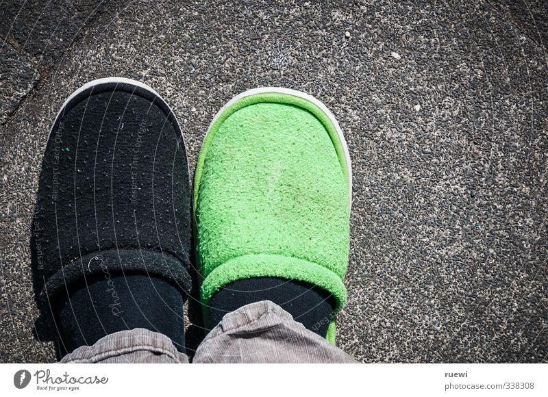 Morgendemenz Lifestyle Stil Gesundheit Gesundheitswesen Krankheit Mensch maskulin Senior Fuß Stadt Fußgänger Bürgersteig Bekleidung Schuhe Hausschuhe Steinboden