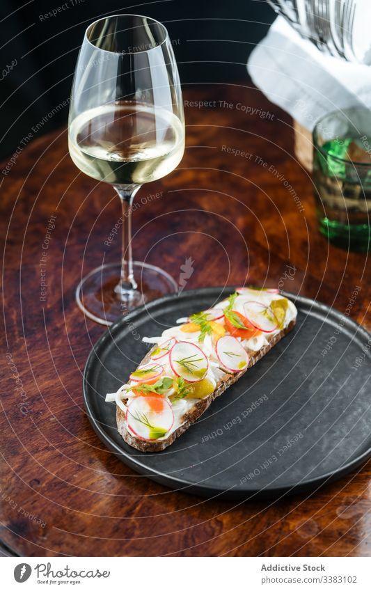 Sandwiches mit Radieschen und weisser Sauce auf Brot Rettich Belegtes Brot Zuprosten Wein Glas lecker Lebensmittel geschmackvoll Feinschmecker Getränk trinken
