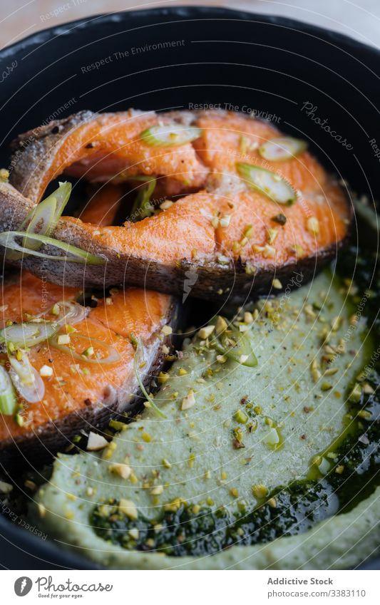 Schmackhaftes Lachssteak mit Gewürzen auf dem Teller Steak Rezept essen Feinkostladen Pfanne gebraten Fisch Lebensmittel Mahlzeit frisch Küche Speise