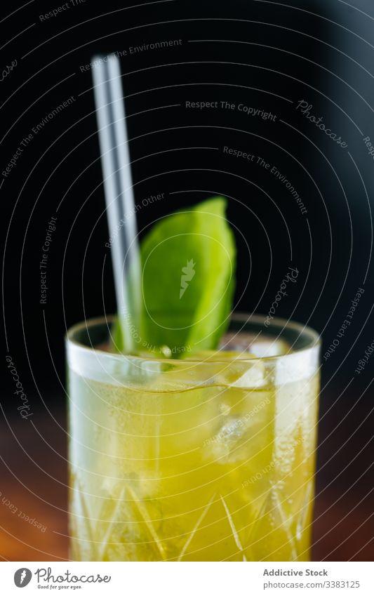Frische, mit Grün dekorierte Limonade auf dem Tisch Glas trinken Minze Stroh Getränk Frucht frisch kalt Saft Erfrischung cool geschmackvoll lecker Bar liquide