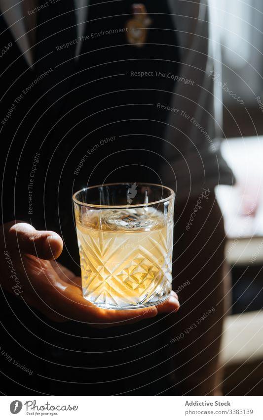 Person mit einem Glas Getränk im Sonnenlicht trinken lecker Erfrischung Cocktail kalt Eis Saft geschmackvoll sich[Akk] entspannen Vitamin Portion natürlich