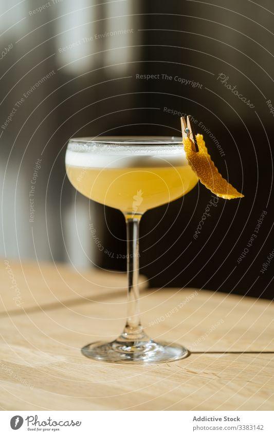 Cocktail im Glas mit Wäscheklammern auf dem Tisch frisch Dekoration & Verzierung Kleiderspin Getränk trinken Alkohol Bar Pub Party Restaurant