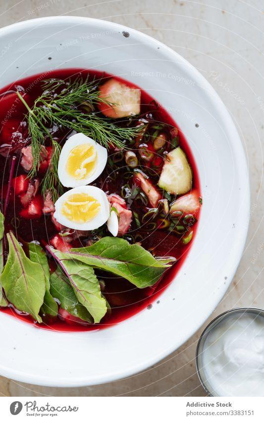 Bunte Rote-Bete-Suppe mit Eiern und Kräutern im Teller Rote Beete grün Kraut lecker Lebensmittel geschmackvoll frisch Speise Küche Mahlzeit Gemüse