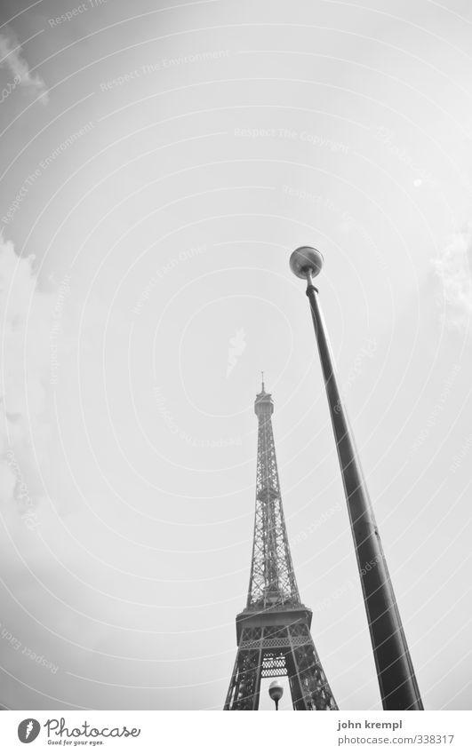 Die zwei Türme Paris Frankreich Hauptstadt Turm Bauwerk Gebäude Architektur Laternenpfahl Straßenbeleuchtung Sehenswürdigkeit Wahrzeichen Denkmal Tour d'Eiffel