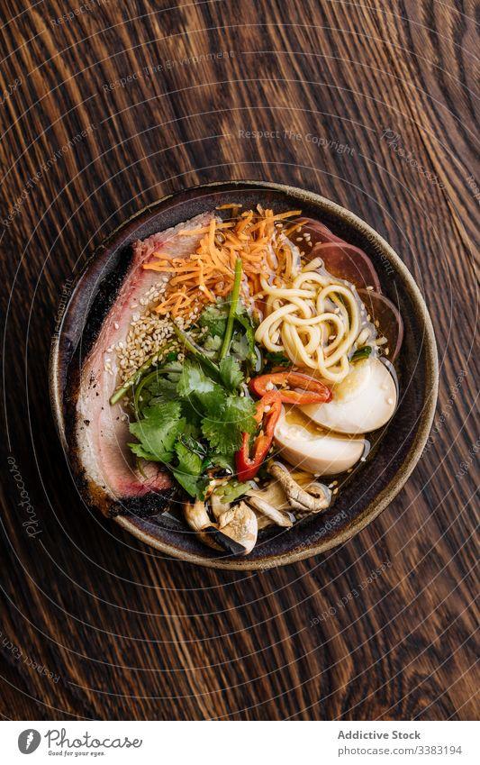 Schmackhafte Ramensuppe mit Nudeln auf dem Tisch Suppe Gemüse dienen Schalen & Schüsseln lecker Lebensmittel Mahlzeit Speise Küche frisch Feinschmecker