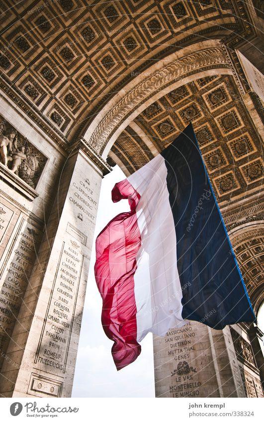 Liberté, Égalité, Fraternité Paris Frankreich Hauptstadt Stadtzentrum Tor Sehenswürdigkeit Wahrzeichen Arc de Triomphe Fahne ästhetisch Bekanntheit gigantisch