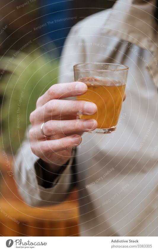 Unbekannter Mann trinkt alkoholisches Getränk auf Party trinken Alkohol Glas Tasse Café Restaurant sich[Akk] entspannen ruhen männlich Feiertag Cocktail liquide