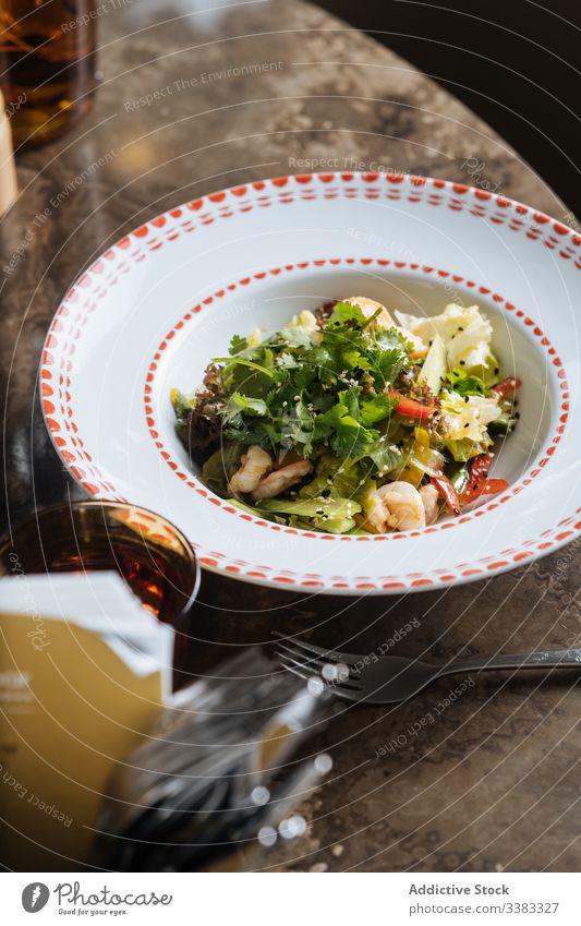 Meeresfrüchte mit Grün serviert n Tisch mit Getränk Lebensmittel Petersilie lecker Mahlzeit Speise geschmackvoll Kraut grün Küche Feinschmecker frisch Gemüse