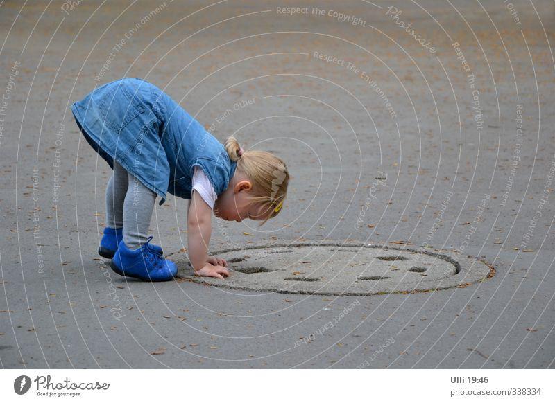 Hallo? Jemand da? Mensch blau Freude Mädchen Spielen Familie & Verwandtschaft Kindheit authentisch Fröhlichkeit Kind lernen beobachten niedlich Neugier sportlich Überraschung