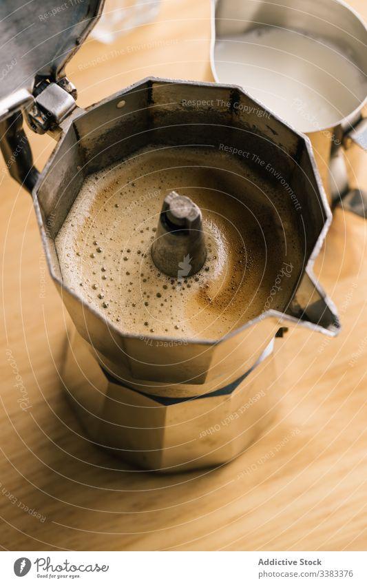 Geysir-Kaffeemaschine und Milchkanne melken Krug Getränk trinken Aroma brauen Tisch Café braun heiß Tasse Koffein Energie natürlich Metall frisch schäumen