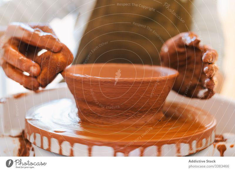 Kunsthandwerkliche Herstellung von Steingut in der Werkstatt Kunstgewerbler Töpferwaren handgefertigt Arbeit Hand Handwerk Ton Geschirr kreisen Person Keramik