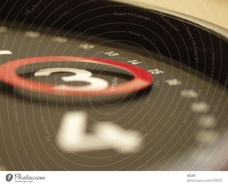 um drei Uhr Zifferblatt 3 Uhrenzeiger Elektrisches Gerät Technik & Technologie Zeit