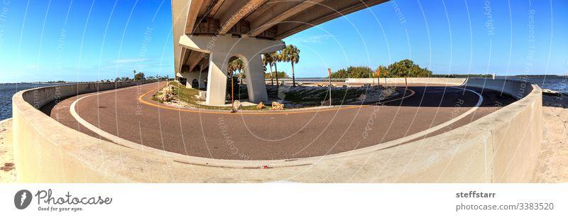 Straße unter der Sanibel Causeway-Brücke Fahrbahn unten sich umdrehen Dammweg reisen Causeway-Inseln Park Meer MEER Sanibel Island Sanibel Strand Landschaft