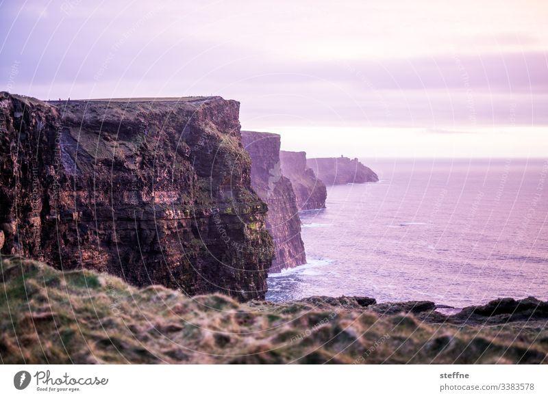 Cliffs of Moher bei Sonnenuntergang Sehenswürdigkeit Touristenattraktion Urlaub romantisch blaue Stunde Klippen am Meer Steilküste Irland