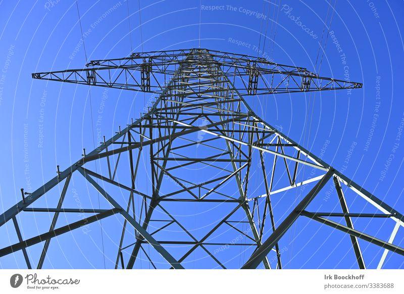 Strommast von unten Elektrizität Leitung Himmel Energiewirtschaft Industrie Hochspannungsleitung Stahl Stromausfall Umwelt Erneuerbare Energie Kraft