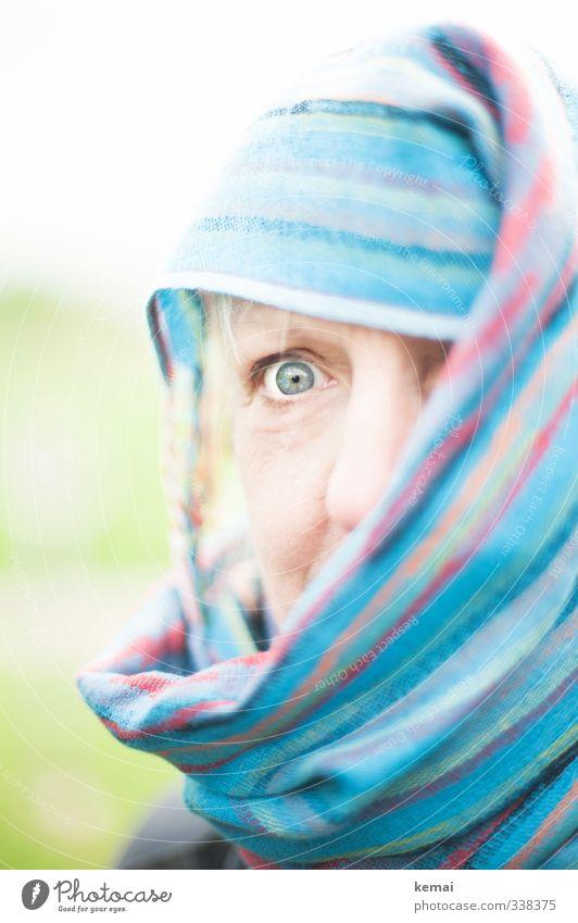 total blau | fatma im helgiland Mensch feminin Frau Erwachsene Auge Nase 1 45-60 Jahre Schal Tuch Kopftuch Blick Verhüllt erstaunt erschrecken Farbfoto