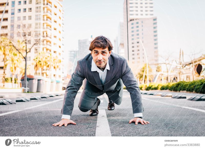 Geschäftsmann auf einer Startlinie mit Stadthintergrund Asphalt Barcelona beginnen Anfänger Business Karriere Herausforderung Großstadt Konkurrenz