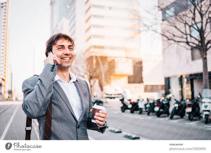 Lächelnder Geschäftsmann beim Telefonieren Erwachsener attraktiv Barcelona blau Gebäude Business Anruf Aufruf Zelle Funktelefon heiter Großstadt Nahaufnahme