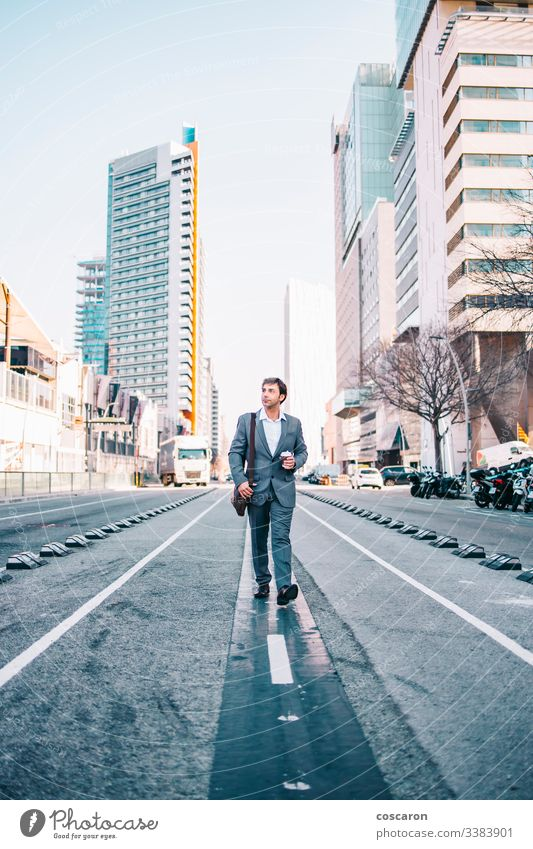 Geschäftsmann mittleren Alters beim Spaziergang durch die Stadt Erwachsener Gepäck Bank Barcelona Gebäude Business Großstadt Unternehmen Selbstvertrauen