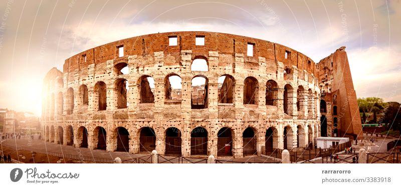 das Kolosseum von Rom bei Sonnenuntergang von hinten gesehen. berühmt Italienisch Arena historisch Ruine Amphitheater antik Hochkultur altes Rom Antiquität