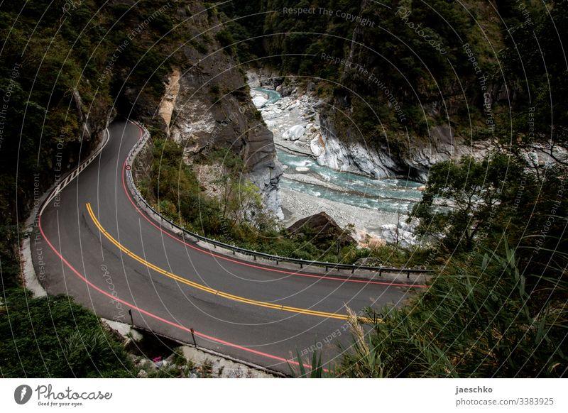Schlucht mit wildem Fluss und Straße in einem Nationalpark Gebirge Felsen Steine Natur Berge u. Gebirge Bach Landschaft Naturschutzgebiet Wald Regenwald Taiwan