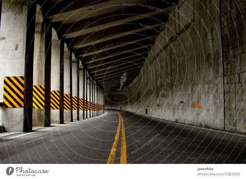 Straße in den Bergen Berge u. Gebirge Tunnel Asphalt Straßenmarkierung Gebirgspass Pass Verkehrswege Markierungslinie Markierungen Wege & Pfade Linie