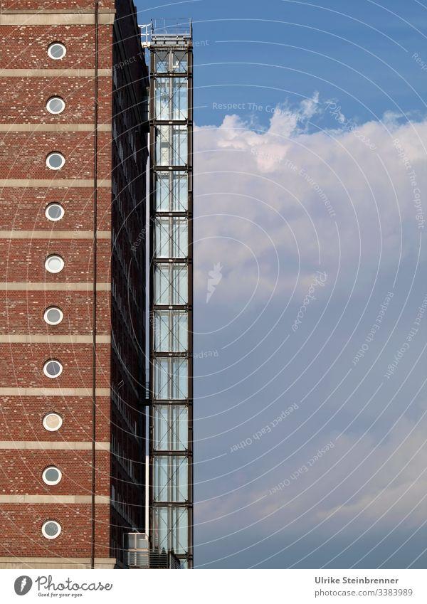 Architekturdetail eines Hochhauses in der Hafencity Hamburg Gebäude Fassade Fenster Fahrstuhl Bullaugen Gebäudeteil Neubau modern Stil Bauwerk Haus Hafenstadt