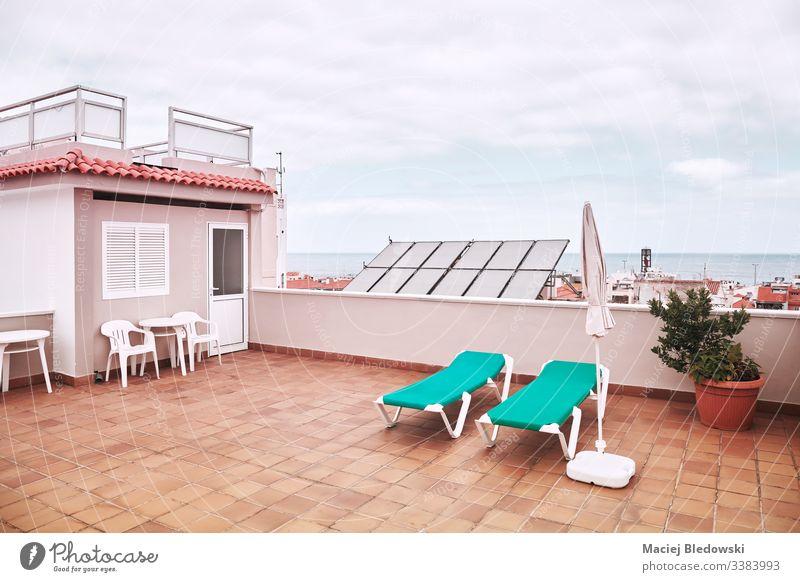 Dach mit Sonnenbänken an einem bewölkten Tag. Sommer Großstadt Sonnenbank Urlaub sich[Akk] entspannen retro Himmel Lifestyle Sonnenbad Liegestuhl Wolken