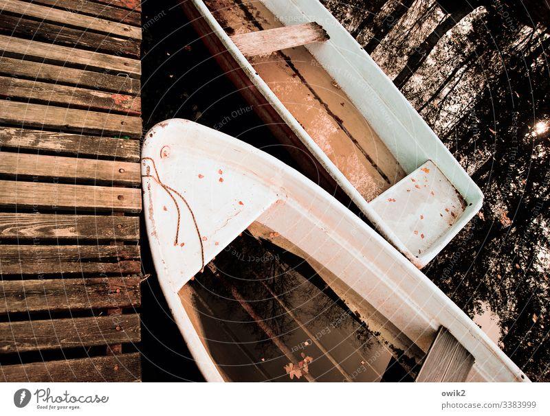 Bootsparkplatz in Sepia Boote liegen still friedlich Reflektion Spiegelung Ruderboot verschlafen Pause Feierabend vor anker vor anker liegen Wasserfahrzeug